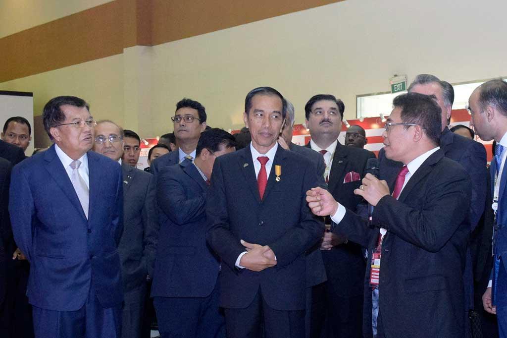 Presiden Tinjau Stand Telkom di WIEF