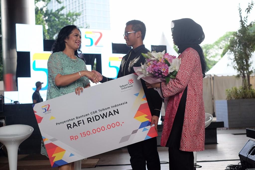 Desainer Muda Rafi Ridwan Terima Bantuan CSR Telkom Indonesia