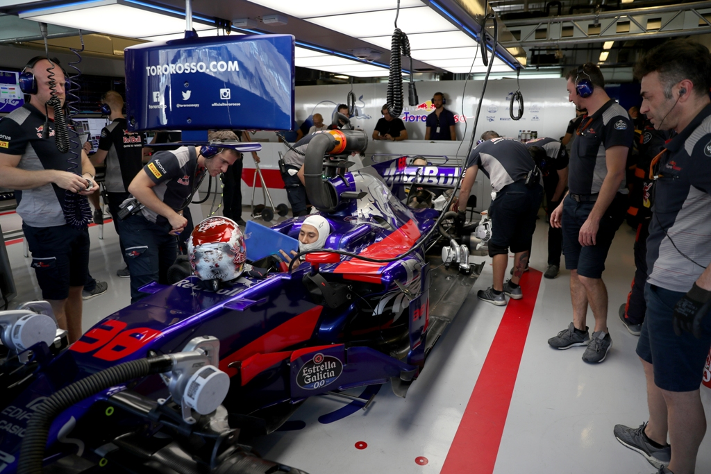 Sean Gelael at Toro Rosso garage